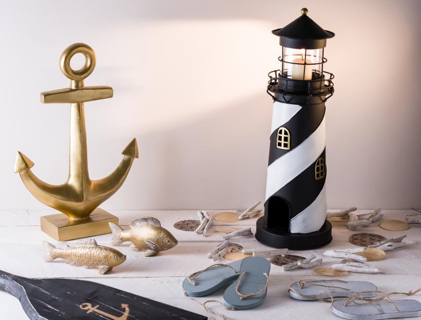 Maritime Dekoration mit Leuchtturm, Anker und Muschelketten