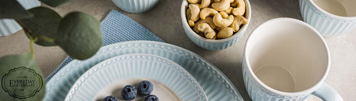 Greengate Shop - Everyday Geschirr Alice in Pale Blue Hellblau mit Teller Becher Schalen und Krug mit Solwang Tuch - frische freundliche Farbe zum Frühlingsstart - online bestellen