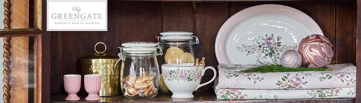 Greengate Shop - Geschirr Serie MARIE Dusty Rose Petit und Beach in Rosa und Weiss mit Blumen Becher Tasse und Servierplatte aus Porzellan mit Tischläufer in Anrichte