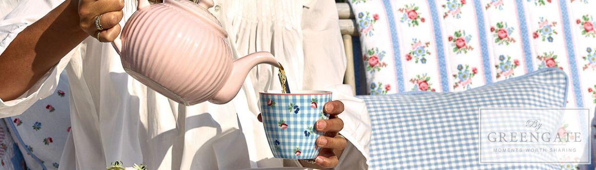 Greengate Shop - VIOLA und Alice Geschirr Blau Karo und Blumen Muster Latte Cup Becher und Pale Pink Rosa Teekanne passende Kissen Decken und Quilts - für die Teestunde im Garten